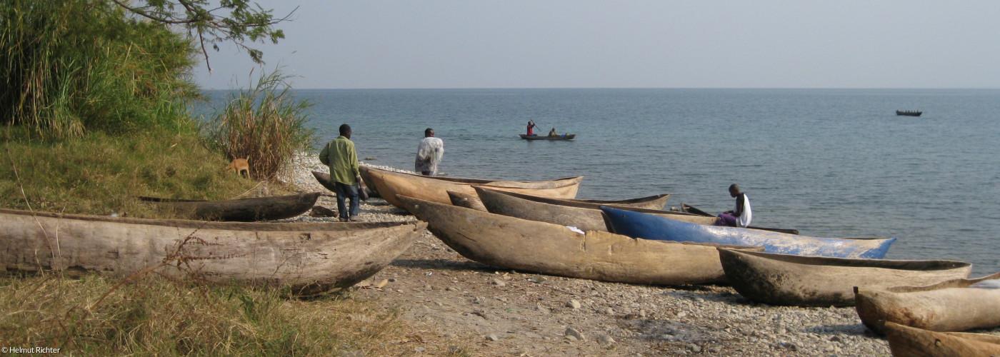 Boote am Ufer des Njassasees bei Ikombe